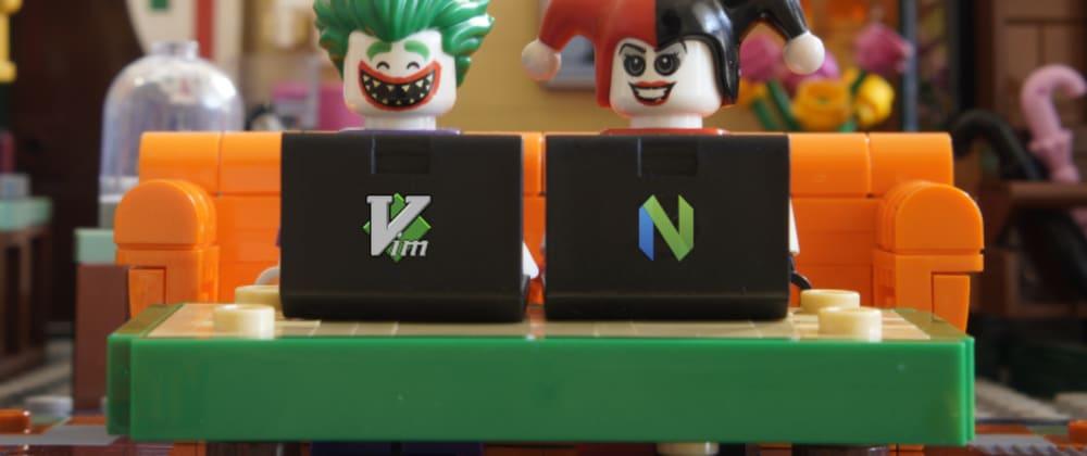 Foto de uma cena montada em blocos de Lego. Há um sofá laranja com bonecos dos personagens Coringa e Arlequina. Cada um deles está com um laptop preto sobre uma mesa de centro verde. No laptop do Coringa, vê-se o logo do Vim.